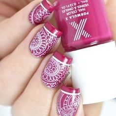 We are loving this stamped floral design by @marinelp91 ! ❤️