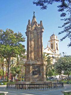 Monumento a los caídos en la Guerra de África Este monumento situado en el centro de la Plaza de África se erigió en honor a los soldados españoles caídos en la Guerra de África de 1859-1860, durante el reinado de Isabel II.  Se inauguró el 4 de mayo de 1895. Es obra del Ingeniero militar José Madrid Ruiz.