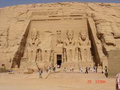 """""""O grande templo de Abu Simbel é um dos mais bem preservados de todo o Egito  É um complexo arqueológico constituído por dois grandes templos escavados na rocha, localizada no sul do Egito, na margem esquerda do rio Nilo, perto da fronteira com o Sudão, numa região chamada Núbia, a cerca de 300 quilômetros de Aswan.  Os templos foram construídos por ordem do faraó Ramsés II em homenagem a si mesmo e sua esposa favorita Nefertari."""