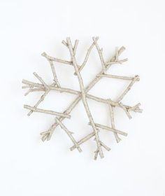 Get step-by-step instructions for making your own snowflake tree topper.