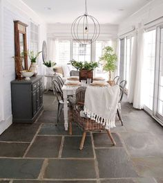 40 Cozy Modern Farmhouse Sunroom Designs www. 40 Cozy Modern Farmhouse Sunroom Designs www. Sunroom Dining, Dining Room Design, Sun Room Design, Dining Rooms, Sunroom Kitchen, Kitchen Wood, Dining Area, Kitchen Dining, Living Vintage