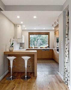 cuisine en U avec fenêtre, bar et tabourets hauts design