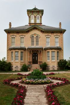Castle Kilbride in Baden, Ontario. It was built in 1877 by James Livingston and named after his birthplace in Scotland. The major feature of Castle Kilbride is the interior decorative murals in the style of the Italian Renaissance. Unusual Buildings, Beautiful Buildings, Beautiful Places, Beautiful Architecture, Palaces, Kingston Ontario, O Canada, Canada Travel, Canada Ontario
