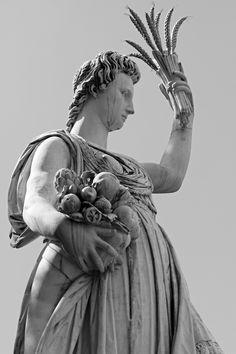богиня с колосьями и рогом в руке