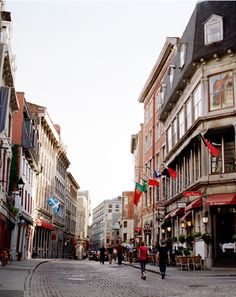 The faux-Parisian cobblestone streets of Old Montreal. » I want to go back here!