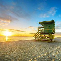 Warten am Strand, bis die Sonne aufgegangen ist ☀ #miami #beach #lifeguard #sonnenaufgang #traumurlaub #getaway…