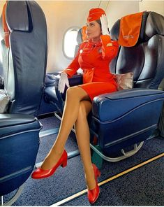 Flight Attendant Hot, Airline Uniforms, Female Pilot, Good Looking Women, Cabin Crew, Sexy Stockings, Short Skirts, Flight Girls, How To Look Better