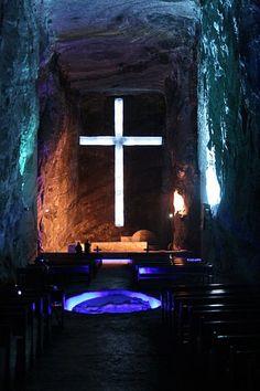 Catedral de Sal, Zipaquirá (Colombia)  El templo funciona más como un atractivo turístico, ya que no hay un sacerdote asignado como tal. Está ubicada en una mina de sal y su historia se divide en dosÑ la catedral antigua, de 1954, y la nueva, que abrió sus puertas en 1995.
