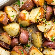 potato recipes Easy garlic roasted potatoes recipe made in the oven for a crispy and creamy texture! These spuds are infused with a rosemary garlic oil for extra flavor. A simple side dish to serve with any entree for a complete meal. Red Potato Recipes, Roasted Potato Recipes, Potato Dishes, Veggie Dishes, Vegetable Recipes, Food Dishes, Vegetarian Recipes, Chicken Recipes, Cooking Recipes