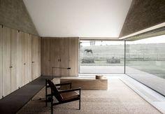 Ce projet, réalisé par Vincent Van Duysen Architects, visait à convertir une ferme en Belgique (composée d'une maison, de deux grandes granges et de trois