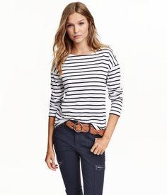 CONSCIOUS. Langarmshirt aus Bio-Baumwolle in fester Jerseyqualität. Etwas weiterer Halsausschnitt und leicht überschnittene Schultern. Seitliche Schlitze am Saum und etwas verlängertes Rückenteil.