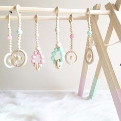 • B A B Y  G Y M • Nydelige babygym finner du i nettbutikken til @stylechild_no  www.stylechild.no Teething Beads, Teething Jewelry, Baby Gym, Baby Play, Baby Changer, Baby Diy Projects, Diaper Cake Boy, Baby Equipment, Eco Baby