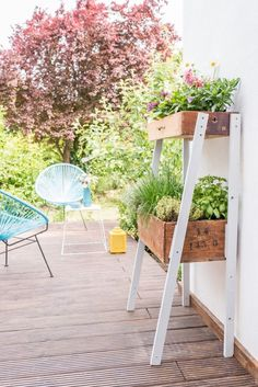 Anleitung für eine DIY upcycling Pflanzleiter für Kräuter und Blumen aus alten Schubladen und Holzkisten als Deko im vintage Look für den Garten.: