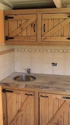 Classic Home Decor Pallet Kitchen Cabinets, Barn Kitchen, Rustic Kitchen Design, Outdoor Kitchen Design, Wooden Kitchen, Diy Kitchen, Kitchen Decor, Green Kitchen, Diy Pallet Furniture