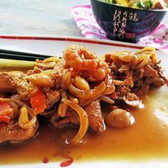 Peito de frango, camarão e amêndoa com legumes em molho asiático e arroz xau-xau