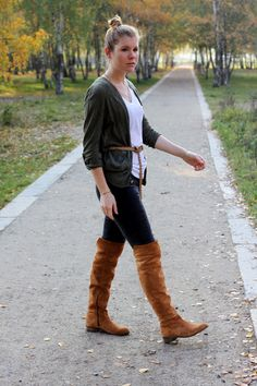 Over the knee boots are essentiell to a good fall outfit. Paired with a jeans they provide the perfect relaxed look while they are sexy with a skirt. J Shoes, Shoe Boots, Knee High Boots, Over The Knee Boots, Riding Boots, Fall Outfits, Pairs, Flat, Brown