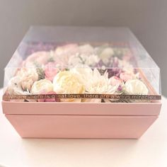 Nekünk ez az egyik személyes kedvenc termékünk. A doboz önmagában is meseszép és az élethű selyemvirágokkal pedig egyszerűen tökéletes párost alkotnak. Bármilyen alkalomra szuper választás, ezzel a virágdobozzal biztosan hatalmas sikered lesz. A virágdoboznak van egy átlátszó teteje is, ami tökéletes lezárása a virágdoboznak. A doboz mérete: 28x28x16 cm. Színvonalas virágküldés a Bree-vel, ahol a virágkötő és a virágfutár is érted dolgozik! Paros, Container