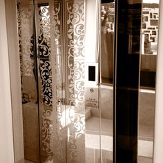 Elevator for the home with 3 glass sides Stair Elevator, Glass Elevator, Home Management, House Elevation, Home Hacks, Sweet Home, Home And Garden, Stairs, Curtains