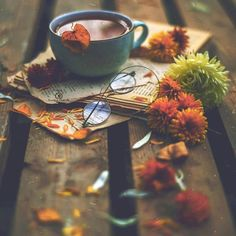 Image shared by eyes that see. Find images and videos about flowers, coffee and books on We Heart It - the app to get lost in what you love. Coffee Photography, Autumn Photography, Creative Photography, Amazing Photography, Fall Wallpaper, Flower Wallpaper, Nature Wallpaper, Flower Backgrounds, Autumn Coffee