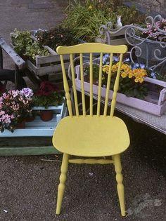 Chaise en English Yellow Chalk Paint™ peinture décorative par Annie Sloan, parmis les cagots en d'autres couleur de sa gamme joyeuse chez www.lescouronnessauvages.com.  Quand c'est pour l'exterieur on ne cire pas.  La cire molle est pour les choses à l'interieur.
