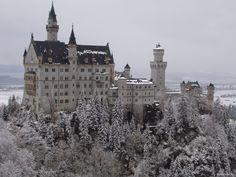 """Castillo de Neuschwanstein construido por el Rey Ludwig II sobre la peña de Hohenschwangau. Baviera. Alemania. Siglo XIX: La primera piedra se coloca el 5 de septiembre de 1864. Promedio de visitantes anual: 1,3 millones de personas. Aforo máximo alcanzado por día: 8.000 personas. Fue elegido por Disney en 1959 para ambientar """"La Bella Durmiente"""". Bankoboev.Ru_zamok_noishvanshtain_zimoi.jpg (1600×1200)"""