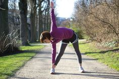 Nothing can derail your fitness goals like an injury. Running with muscles that are cold and not properly stretched can result in a muscle strain that keeps you off your feet -- and off the road or trail -- for days, weeks, or even months. Pre Run Stretches, Stretches Before Running, Stretches For Runners, Best Stretches, Running Warm Up, Running Tips, Trail Running, Cardio, Knee Strengthening Exercises