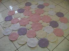 Tapete de barbante em croche. Feito em bolas, pode ser feitos nas cores que combinem com sua decoração! Lindo e moderno para quarto infantil. Medida 1,20 de diametro. Outras medidas verificar valor.