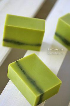 緑茶を漬け込んだ椿油で作った石けんです。綺麗なグリーンとほのかに香るお茶の香りに癒されます。今は、もう少し落ち着いたグリーンになってます。濃い部分はよもぎパウダーで色づけ。なんとなく、美味しそうに見えるなー笑今回は、素材そのものの香りを活か