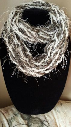 Cream with brown, black and gold eyelash. Ways To Wear A Scarf, How To Wear Scarves, Finger Knitting, Arm Knitting, Yarn Bombing, Knitting Designs, Yarn Crafts, Knit Crochet, Crochet Patterns