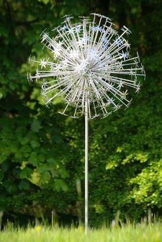 To Make Beautiful Garden With Allium Sculpture Ideas? Best Inspirations, How To Make Beautiful Garden With Allium Sculpture Ideas? Garden Crafts, Garden Projects, Garden Art, Garden Whimsy, Diy Garden, Outdoor Crafts, Outdoor Art, Metal Yard Art, Metal Art