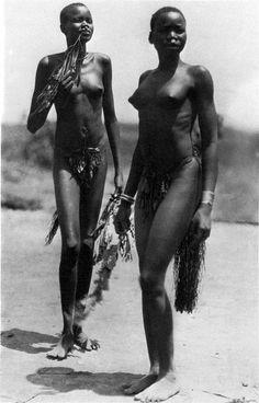 a—fri—ca:Young Dinka women who reside in a Jur village near Rumbek (Sudan). 1927 From Hugo A. Bernatzik's book: Nil und Kongo.