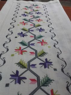 This Pin was discovered by Hav Bargello, Needlepoint, Cross Stitch Patterns, Bohemian Rug, Needlework, Diy And Crafts, Tapestry, Kids Rugs, Embroidery