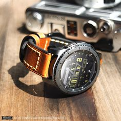 70s Vintage Fashion, Vintage 70s, Military Tactical Watches, Galaxy Smartwatch, Watch Gears, Wear Watch, Small Case, Wearable Device, Elegant Watches
