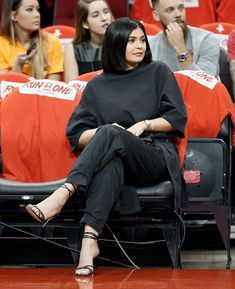 It's Impossible For Kylie Jenner to Get Cold Feet About Anything — Not in These Hot, Sexy Shoes – folding clothes Kendall Jenner Outfits, Kylie Jenner Shoes, Kylie Jenner Short Hair, Kylie Jenner Body, Mode Kylie Jenner, Looks Kylie Jenner, Kyle Jenner, Kendall And Kylie, Estilo Jenner
