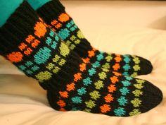 Tutti Frutti-sukat viipyivät puikoilla vähän pidempään kun halusin saada kaikki neulottavat joululahjat ensin valmiiksi. Ja nyt ne tosiaan o... Crochet Socks, Knitting Socks, Knit Crochet, Bunt, Slippers, Cold Feet, Tutti Frutti, Pattern, Knits
