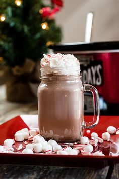 Snuggle up with slow cooker hot chocolate Crockpot Hot Chocolate, Homemade Hot Chocolate, Hot Chocolate Bars, Hot Chocolate Recipes, Mexican Chocolate, Chocolate Party, Christmas Drinks, Holiday Drinks, Christmas Ideas