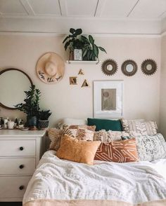 Are you looking for boho bedroom decor ideas? It's time you start working on that bedroom makeover you've been putting off! These 10 bohemian bedroom decor ideas are perfect! Check the best boho bedrooms to get inspired and start creating your own. Bohemian Bedroom Decor, Boho Room, Boho Decor, Green Bedroom Decor, Bohemian Dorm, Vintage Bedroom Decor, Simple Bedroom Decor, Bohemian Homes, Bohemian Bedding