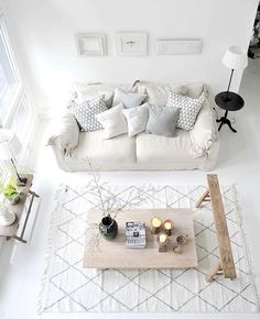 @mondaytosundayhome - I love the light colors of this room.