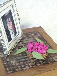 Artesanato com rosas de fuxico cria um belo e delicado arranjo decorativo