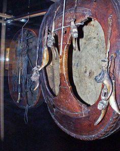 Back of Sami shaman drum, Showing  animal talismans nailed to the back. - Parte trasera de tambor Sami, mostrando talismanes animales clavados detrás.