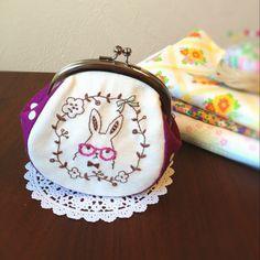 刺繍 がま口ポーチ 「眼鏡ウサギちゃん」