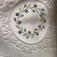 Instagram'da #brezilyanakışı konu etiketi • Fotoğraflar ve Videolar Embroidery Suits, Brazilian Embroidery, Tag Photo, Bathroom Towels, Bargello, Towel Set, Cushion Covers, Sewing Hacks, Quilt Patterns