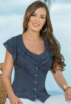 Blusa en fondo azul y pepitas blancas. Blouse Patterns, Blouse Designs, Hijab Fashion, Fashion Outfits, Womens Fashion, Diy Clothes, Clothes For Women, Blouse Models, Blouse And Skirt