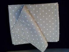 Tovagliette americane grigio chiare, in cotone con pois bianchi, leggermente imbottite.
