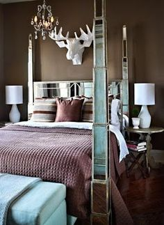 Get inspired with the amazing work of photographer Donna Griffith (in English and Spanish). Home Bedroom, Bedroom Decor, Master Bedrooms, Mirror Bed, Bed With Posts, Brown Walls, Beautiful Bedrooms, Beautiful Mirrors, Dream Rooms