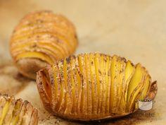 Cartofi Hasselback . Imagini pas cu pas pentru cartofi hasselback Ovo Vegetarian, Baked Potato, Potatoes, Baking, Ethnic Recipes, Food, Bakken, Eten, Bread
