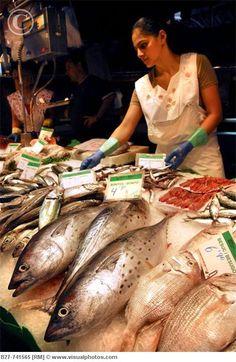 MERCADOS DEL MUNDO | VENTA DE PESCADO EN BARCELONA, ESPAÑA  (Fish stall at La Boqueria market, La Rambla, Barcelona).
