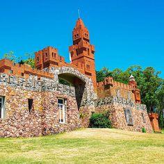 O Castelo Pittamiglio chama a atenção não só por sua imponência e beleza mas também pela sua simbologia mística e alquimista. Rende belas fotos e o clima é de total paz e tranquilidade. #CasteloPittamiglio #Montevideo #VisitUruguay #traveluruguay #turismo #viagem #melhoresdestinos #amoviajar #brasileirosnouruguai #uruguai