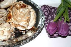 7 äggvitor 5 1/2 dl strösocker 100 gram fin mörkchoklad Sätt ugnen på 125-130 grader (varmluft) Knäck 7 ägg och ta vitan till ett rostfritt kärl. Kärlet har över ett hett vattenbad, vispa i sockret och vispa smeten tills den är luftig och fluffig och den ska bli varmare än … Läs mer