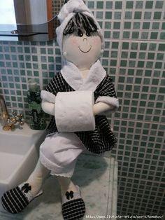 Eu Amo Artesanato: Porta papel higiênico de boneca com molde Diy Doll Toilet, Fabric Basket Tutorial, Toilet Paper Roll Holder, Doll Eyes, Soft Dolls, Doll Patterns, Paper Dolls, Baby Dolls, Sewing Crafts